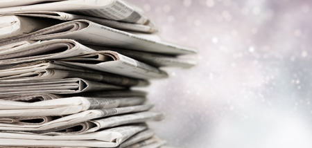 Pile de journaux imprimés sur fond