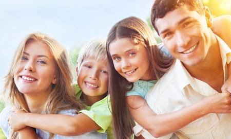 田舎で子供にピギーバックを与える親