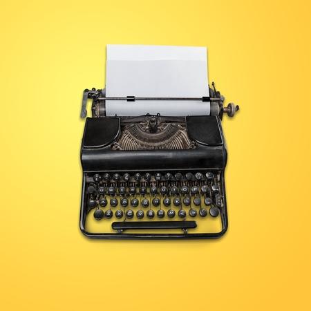 Cabecera de máquina de escribir vintage con papel aislado sobre fondo blanco con - Imagen Foto de archivo