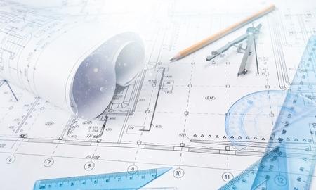 Detalle de dibujo industrial y varias herramientas de dibujo en el escritorio