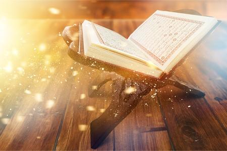 Rehal avec Coran ouvert et chapelet musulman sur tapis à l'intérieur