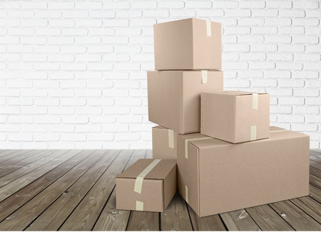 Différentes boîtes en carton dans la chambre