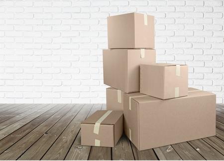 Diverse scatole di cartone in camera