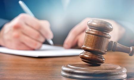 Bouchent juge marteau avec avocat travaillant au tribunal.