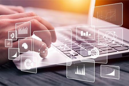 비즈니스 인텔리전스 BI 개념, 회사의 이익 및 재무 성과를 분석하기 위한 재무 차트, 백그라운드에서 컴퓨터에 입력하는 손 스톡 콘텐츠