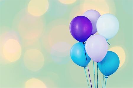 Montón de globos de colores sobre fondo blanco. Foto de archivo