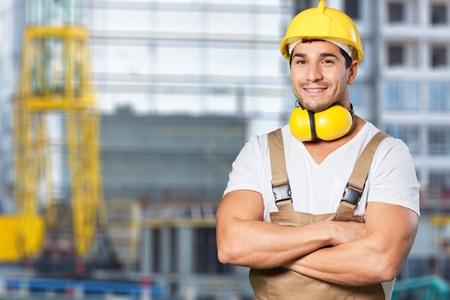 Constructeur avec casque jaune