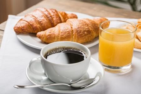 Petit-déjeuner français sucré et appétissant