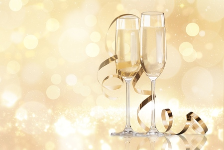 Dos copas de champán aislado sobre fondo blanco. Foto de archivo