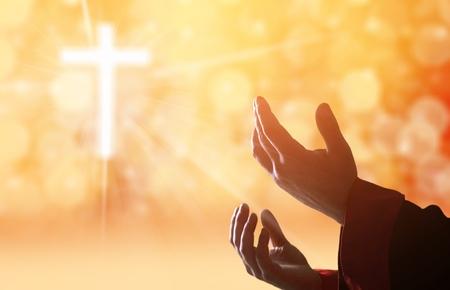 Hände von Menschen, die auf unscharfem Hintergrund beten
