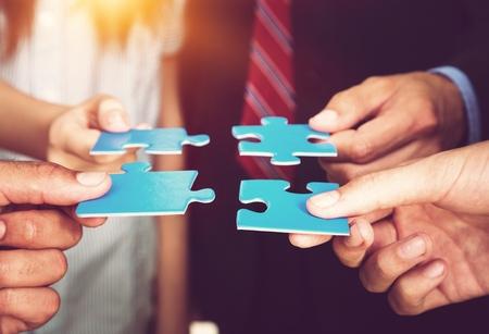 Mensen uit het bedrijfsleven houden puzzelstukjes. probleem oplossing concept