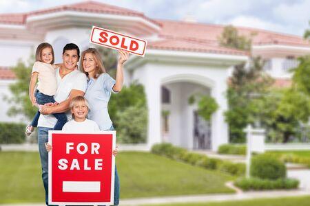Glückliche Familie mit Verkaufsschild isoliert auf weißem Hintergrund