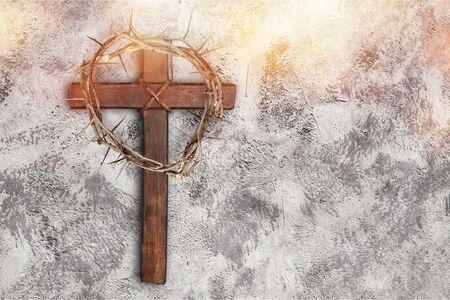 Ostern Holzkreuz auf schwarzem Marmor Hintergrund Religion abstraktes Palmsonntagskonzept - Image