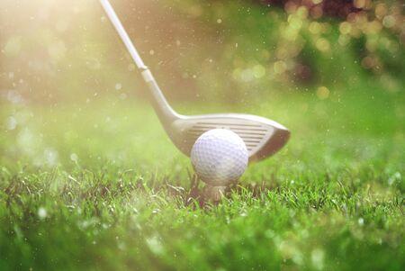 Giocatore di golf che mette la pallina da golf sul green