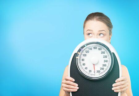 Suivre un régime exerçant les femmes une alimentation saine échelle de poids personnes Banque d'images