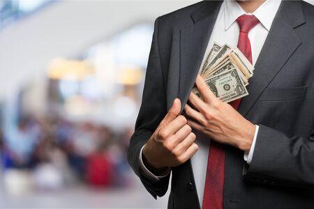 Embolsarse el dinero de la empresa. hombre de negocios, colocar dinero, en, el suyo, bolsillo
