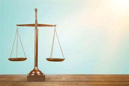 Bilancia della giustizia sul tavolo, bilancia, equilibrio.