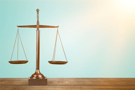 Waage der Gerechtigkeit auf Tisch, Waage, Balance.