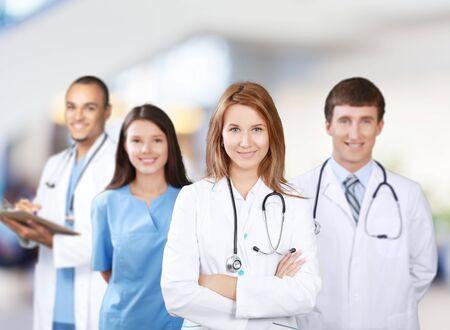 Equipo médico confiado en el hospital