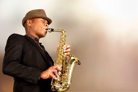 Hombre tocando el saxofón Foto de archivo