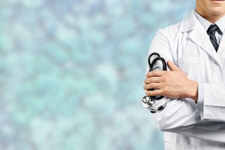 Porträt des Arztes mit verschränkten Armen