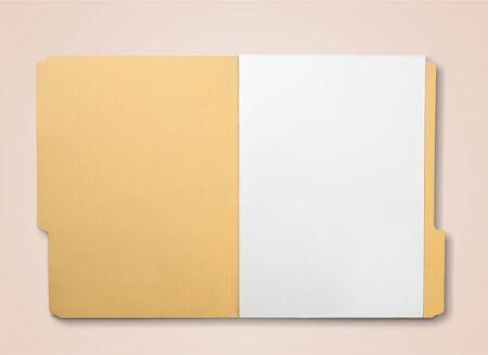 Braunes Umschlagdokument mit Papier auf Weiß Standard-Bild