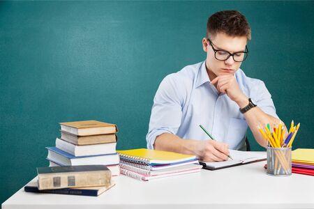 Jonge leraar die in schoolklas werkt