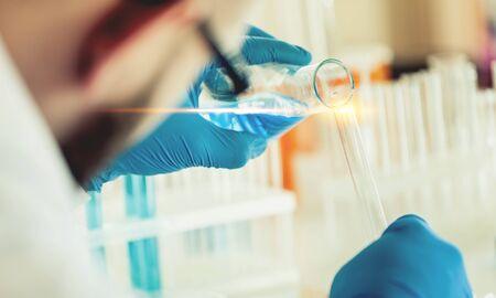 Científico que trabaja en laboratorio con tubos de ensayo Foto de archivo