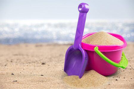 Scatto della spiaggia in una giornata di sole, con una vanga e un secchio Archivio Fotografico