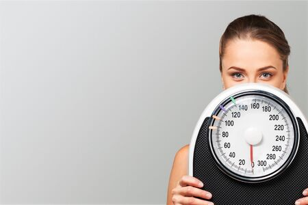Holding junge halten Frau skaliert weißen Hintergrund