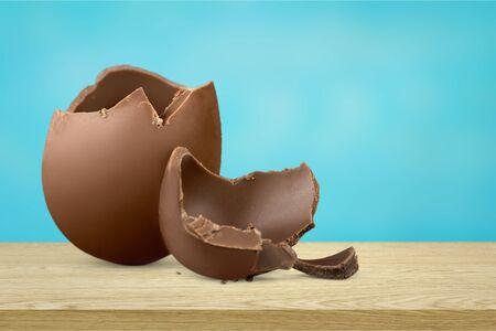 Uovo di Pasqua al cioccolato con la parte superiore rotta
