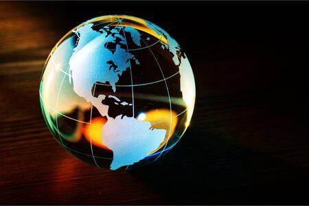 Boule globe en verre sphère cristal bleu blanc Banque d'images