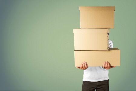 Uomo con scatole di cartone sullo sfondo