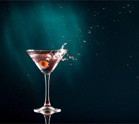 Cocktail Martini sur fond sombre Banque d'images