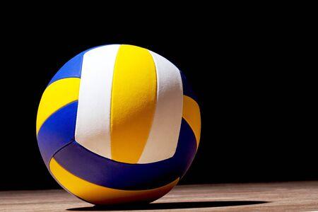 Ballon de volley-ball isolé sur fond