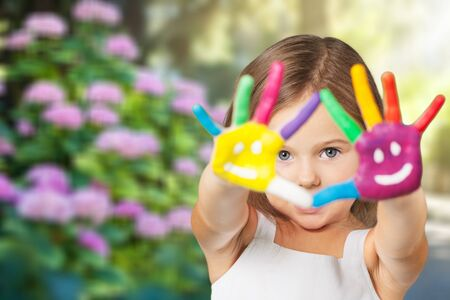 Little girl with painted hands Imagens