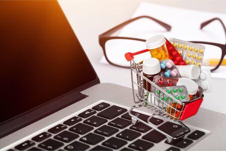 Mini shopping cart full of pill Stock Photo - 124538523