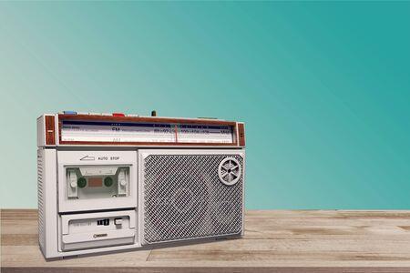 Altes Radio auf dem Tisch vor grünem Hintergrund. Foto im Vintage-Stil