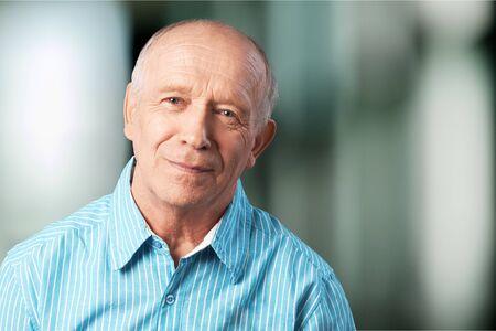 Knappe senior man staand Stockfoto
