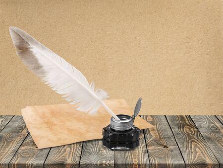 Pluma de pluma blanca, tintero de vidrio y carta antigua Foto de archivo