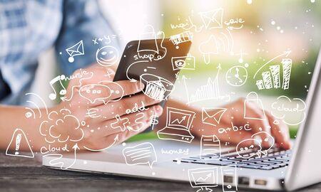 온라인 뱅킹 결제 통신 네트워크 디지털 기술 인터넷 무선 응용 프로그램 개발 CTR 모바일 스마트 폰 앱 컴퓨팅 : 스마트 폰 옴니 채널 아이콘 흐름을 들고 비즈니스 우먼