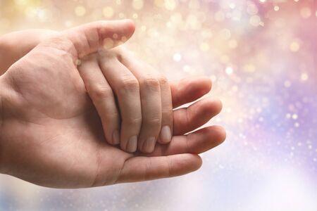 Mani dell'uomo e della donna che tengono insieme