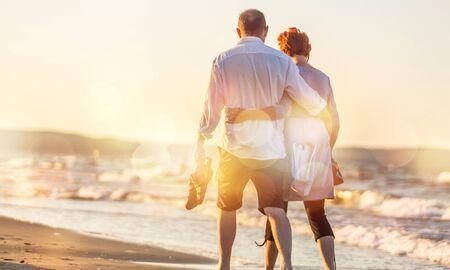 Nahaufnahmeporträt eines älteren Paares, das sich an der Küste umarmt Standard-Bild