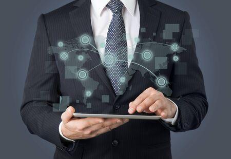 usinessmen, gráfico de pantalla táctil de mano en una tableta