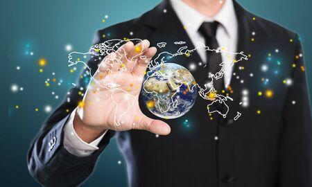 Nahaufnahme eines Geschäftsmannes mit digitalem Globus in Palmen