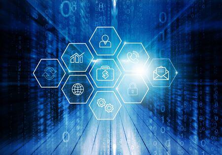 Curios Inżynier IT stojący w środku pracującej serwerowni centrum danych. Wizualizacja ikon w chmurze i Internecie na pierwszym planie.