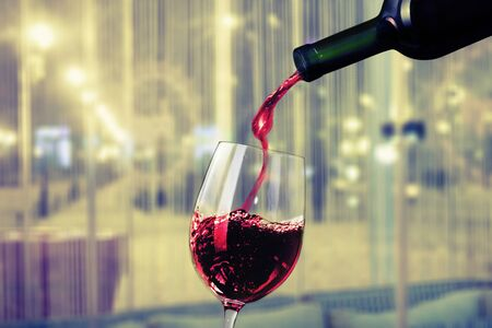Copa de vino tinto en el fondo Foto de archivo