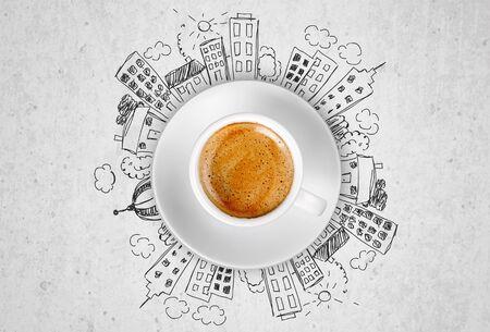 Tasse de café chaud sur fond de griffonnages