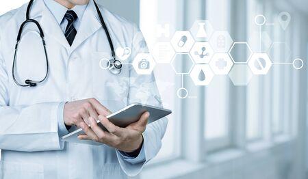 태블릿 pc로 작업하는 병원의 의사 스톡 콘텐츠