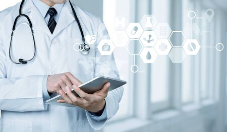 Arts in het ziekenhuis die met tablet-pc werkt Stockfoto
